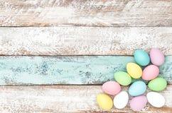 Pastelkleur gekleurde paaseieren houten achtergrond Royalty-vrije Stock Foto's