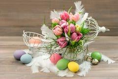 Pastelkleur gekleurde tulpenbloemen en paaseieren Stock Foto