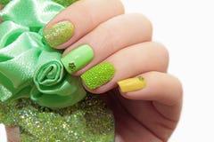 Pastelkleur groene manicure stock afbeeldingen