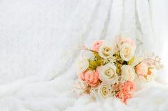 Pastelkleur Kunstmatige Roze Rose Wedding Bridal Bouquet op wit bont Royalty-vrije Stock Afbeelding