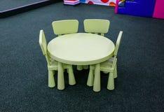 Pastelkleur om groene kinderenlijst met stoelen Vermaakcentrum of ruimte in het huis Kinderenvrije tijd Smal muntpeuter stock fotografie