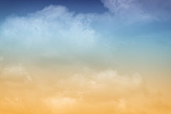 Pastelkleur Oranje & Blauwe Wolken Royalty-vrije Stock Foto's