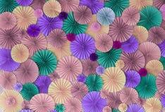 Pastelkleur romantische muur als achtergrond met multicolored document cirkels Stock Afbeeldingen