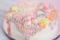 Pastelkleur roze die cake met roombloemen wordt verfraaid stock afbeeldingen