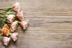 Pastelkleur roze rozen op houten achtergrond stock foto's