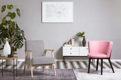 Pastelkleur roze stoel in beige woonkamerbinnenland stock afbeeldingen