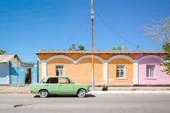 Pastelkleur van huizen en een oude auto royalty-vrije stock afbeeldingen