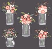Pastelkleurbloemen in metselaarkruiken Stock Foto