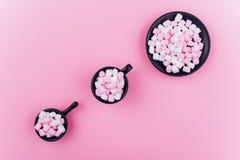 Pastelkleurheemst in een kop op een roze achtergrond royalty-vrije stock afbeelding