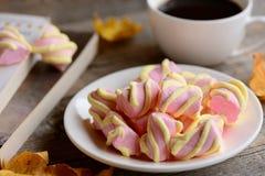Pastelkleurheemst op een plaat, een kop van koffie, boeken op een houten lijst Macro Herfstontbijt of snackconcept Stock Afbeeldingen