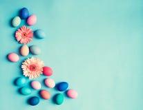 Pastelkleurpaaseieren en bloemen Royalty-vrije Stock Foto
