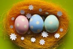 Pastelkleurpaaseieren in het nest Royalty-vrije Stock Foto's