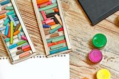 Pastelkleurpotloden en gouache Stock Foto's