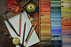 Pastell, blyertspennor och anteckningsbok av konstnären Arkivfoto