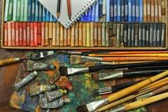 Pastell, borstar och konstnärmålarfärg Royaltyfri Fotografi