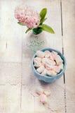 Pastell färbte Eibische und Hyazinthenblumen, auf hölzernem Schreibtisch stockbild