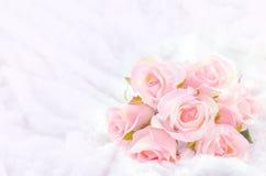 Pastell färbte künstliche rosa Rose auf weißem Pelzhintergrund Stockbilder
