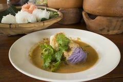 Pastell färgade den thailändska risnudeln med curryfisksoppa Arkivfoto
