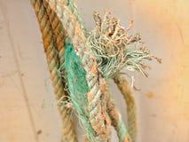 Pastell-farbige, alte und benutzte Seile fransten aus stockfotografie