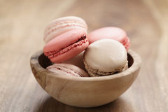 Pastell farbige macarons mit Erdbeer-, Rosafarbenem und Karamellaroma in der hölzernen Schüssel Lizenzfreies Stockfoto