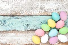 Pastell farbiger hölzerner Hintergrund der Osterei-Dekoration Stockfoto