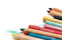 Pastell och blyertspennor som isoleras på vit Royaltyfri Foto