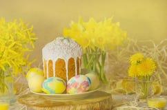 Pastell-Osterei Pastell farbige verzierte Ostereier und Ostern backen zusammen Lizenzfreie Stockfotografie