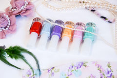 Pastell spikar polermedelflaskor och tillbehör. Royaltyfri Fotografi