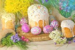 Pastell- und bunte Ostereier und Ostern-Kuchen Ostereier gemalt in den Pastellfarben Stockfotos
