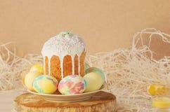 Pastell- und bunte Ostereier und Ostern-Kuchen Ostereier gemalt in den Pastellfarben Stockfotografie