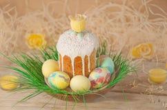 Pastell- und bunte Ostereier und Ostern-Kuchen Ostereier gemalt in den Pastellfarben, die auf der Wiese liegen Lizenzfreies Stockfoto