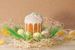 Pastell- und bunte Ostereier und Ostern-Kuchen Ostereier gemalt in den Pastellfarben, die auf der Wiese liegen Stockbilder