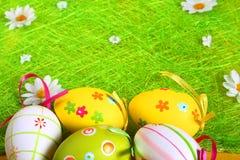 Pastell- und farbige Ostereier Lizenzfreie Stockbilder