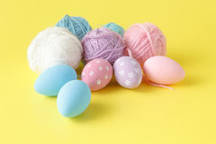 Pastell- und farbige Ostereier Lizenzfreies Stockbild