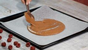 Pastella di dolce di versamento sullo strato di cottura Produrre il brownie del cioccolato archivi video