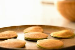 Pastella di pancake di versamento degli spinaci alla padella immagini stock