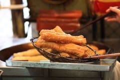 Pastella gemellare fritta nel grasso bollente della pasta Fotografie Stock
