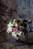 Pastellblumenanordnung auf rostiger Umwelt Lizenzfreies Stockfoto