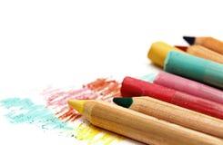Pastelle und Bleistifte lokalisiert auf Weiß Lizenzfreies Stockfoto