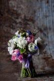 Pastellfärgad blommaordning på rostig metallbakgrund Arkivbilder