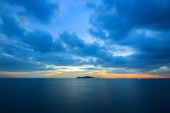 Pastellfärgad solnedgång över havet i en molnig himmel Royaltyfri Foto