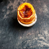 Pastellfärgade de nata, portugisisk traditionell krämig bakelse Pasteis Royaltyfri Bild