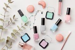 Pastellfärgade färger spikar polermedel Skönhetbloggerbegrepp arkivfoton