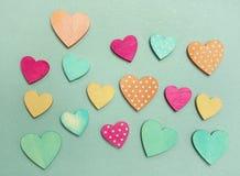 Pastellfärgade hjärtor på blått Fotografering för Bildbyråer
