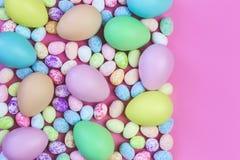 Pastellfärgade påskägg för färgrika blandade format royaltyfri bild