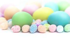 Pastellfärgade påskägg för färgrika blandade format arkivfoto