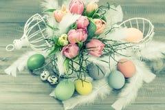 Pastellfärgade tulpanblommor och easter ägg. retro stil Arkivfoto