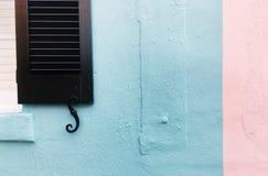 Pastellfärgade väggar med stormen stänger med fönsterluckor savannahen royaltyfri bild