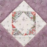 Pastellfärgat geometriskt patchworkkvarter från stycken av tyger, detalj av täcket, närbild arkivfoto