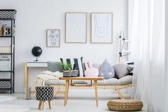 Pastellfärgat rum med soffan Arkivbild